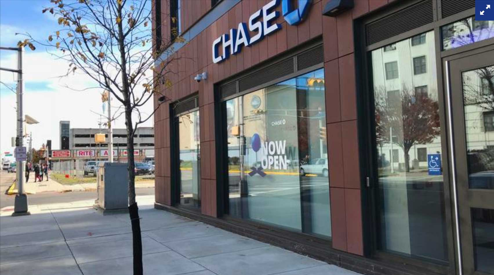 Chase Bank buildiing entrance